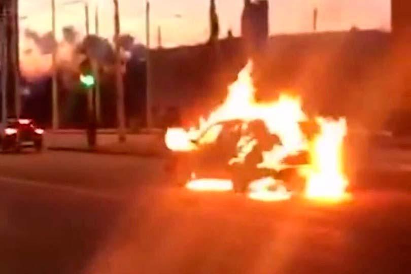 Мужик сжег свою машину Субару