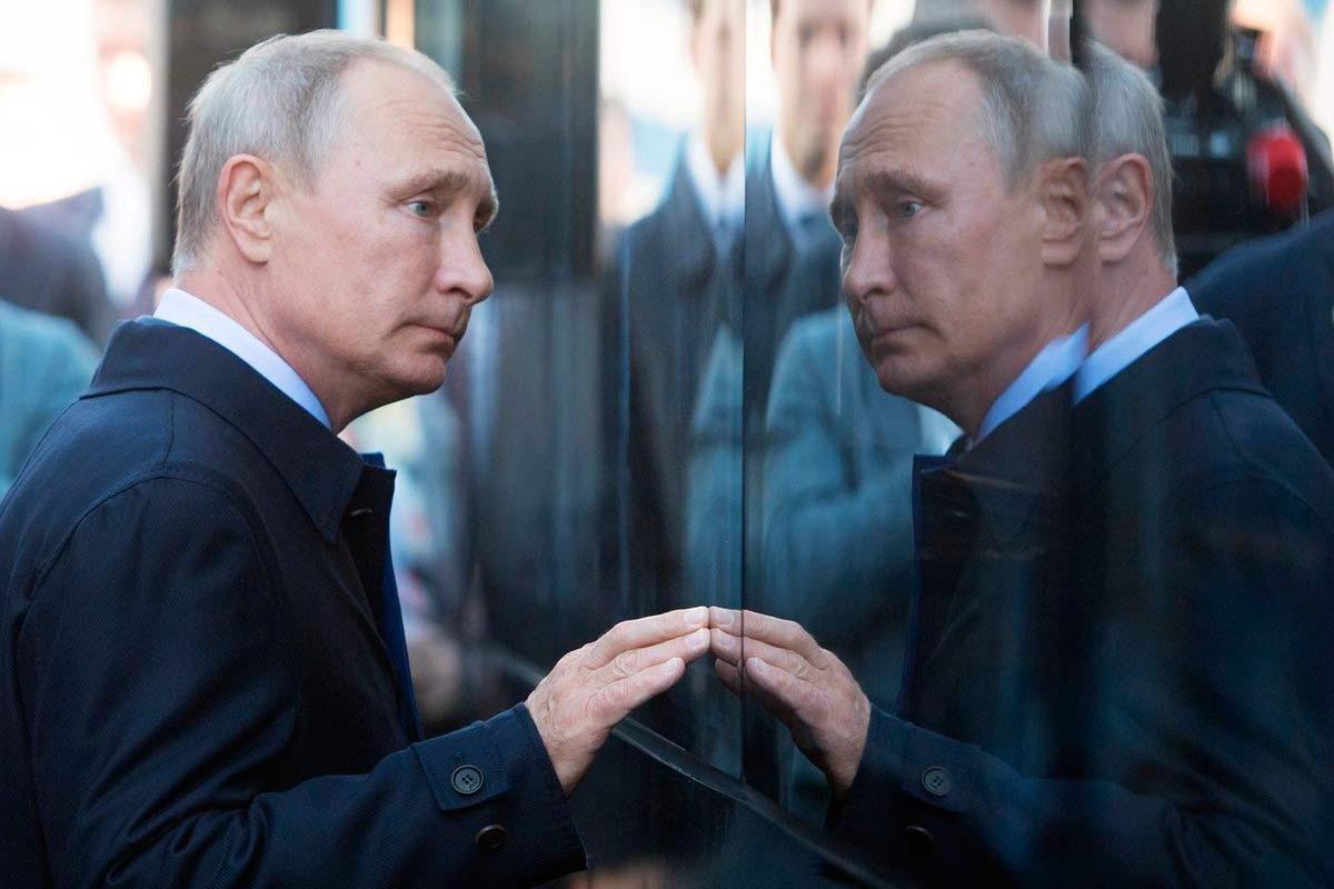Путин смотрит на свое отражение