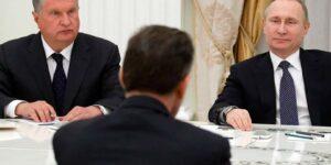 В Кремле бытует мнение: СССР развалился потому, что у власти оказались слабаки, побоявшиеся применить силу против народа