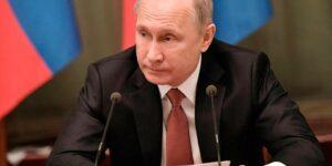 Рейтинг Путина пробил дно и «стремительным домкратом» падает вниз, на российском ТВ его пытаются реанимировать