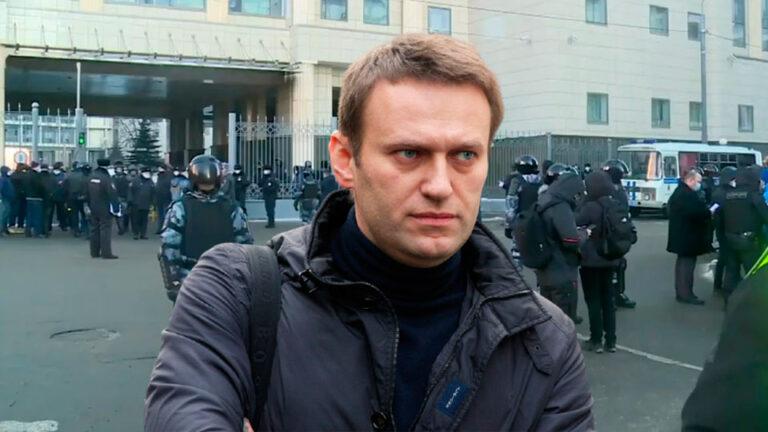 В Мосгорсуде осудили Навального, вокруг стоял кордон полиции и проводились массовые задержания