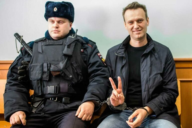 Условия содержания Навального под стражей ужесточают, а режим усиливают
