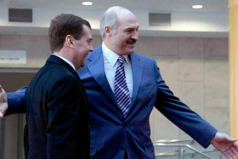 Лукашенко пытался встретится с Медведевым, но совершенно неожиданно не смог этого сделать