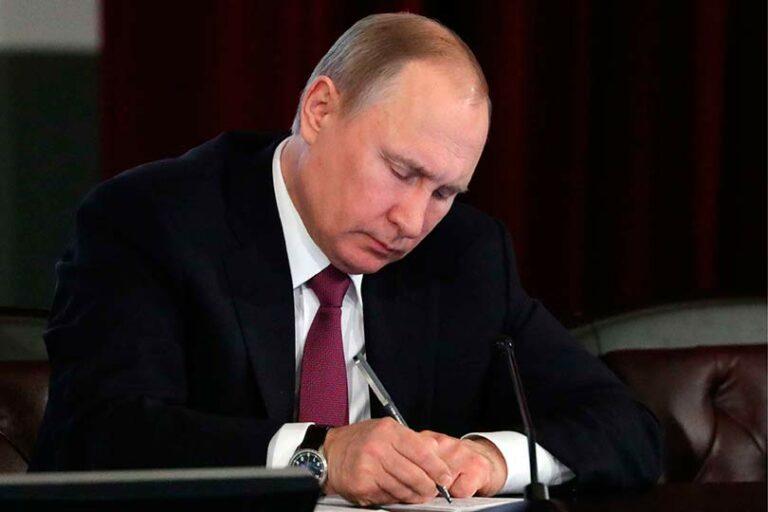 Путин подписал закон, ужесточающий проведение митингов в России