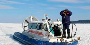 На Сахалине спасатели МЧС доставили на берег 26 рыбаков, которых отрезало от берега