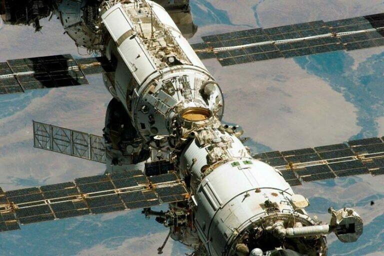 Экипаж МКС заделывает трещины, через которые вытекает воздух