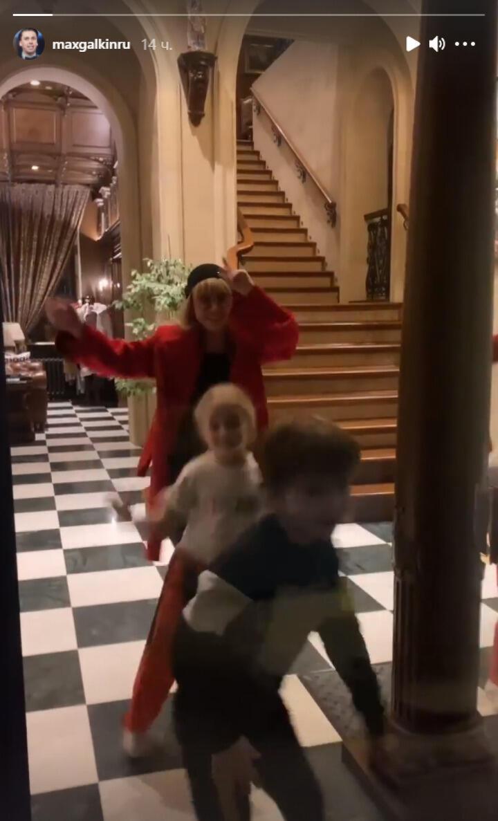Танец Пугачевой и Галкина с детьми