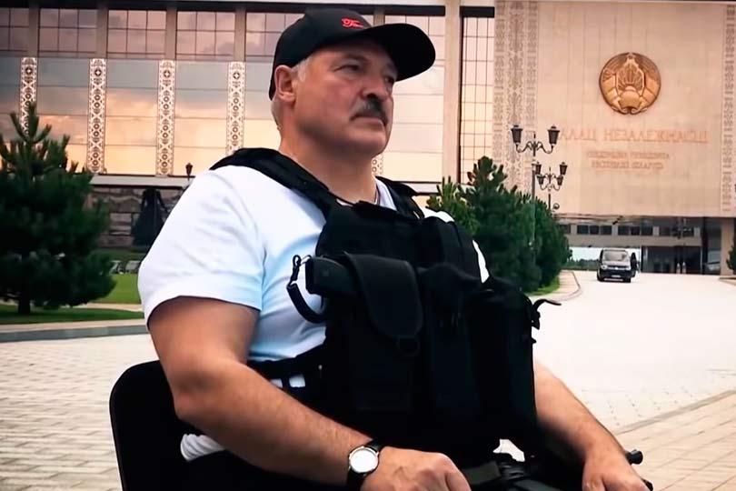 Лукашенко около дворца