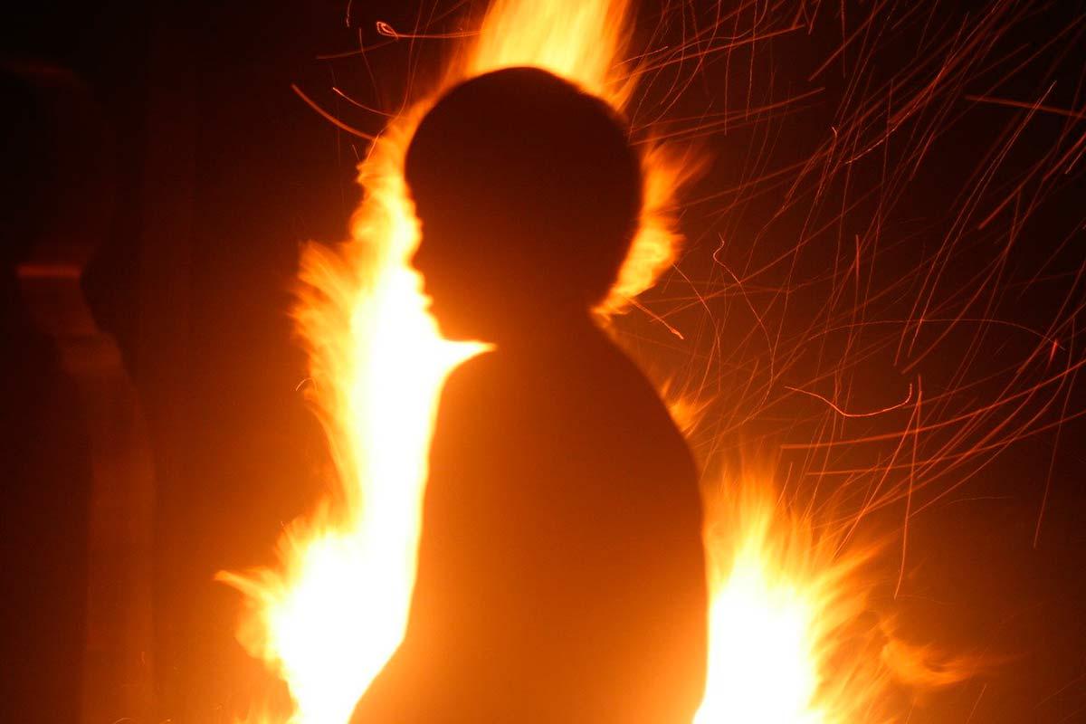 Ребенок на фоне огня