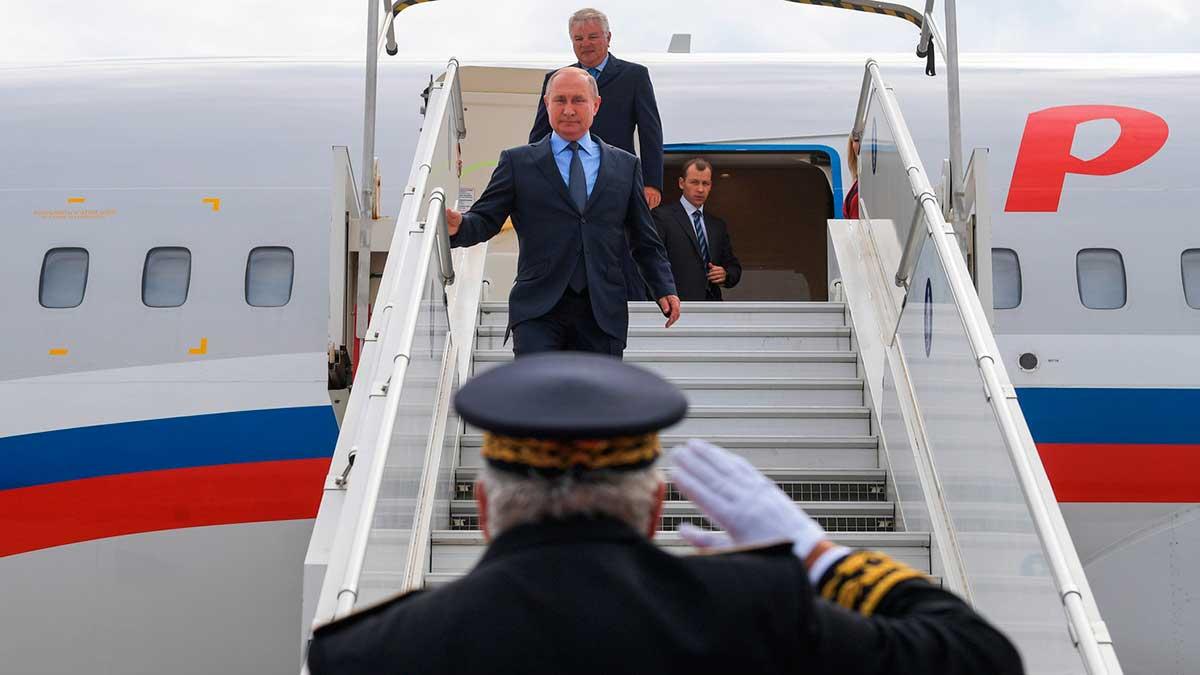 Путин выходит из самолета