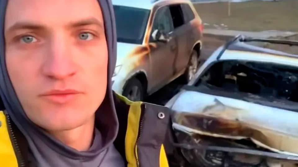 Егоров и его сгоревший автомобиль