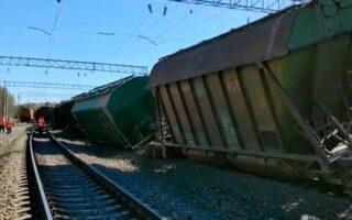Опубликовано видео из Карелии, где с путей сошли грузовые вагоны