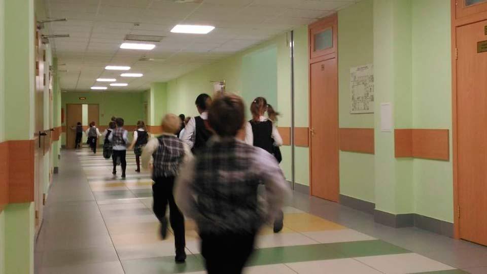 В Благовещенске провели эвакуацию школьников из-за сигнала о ЧС