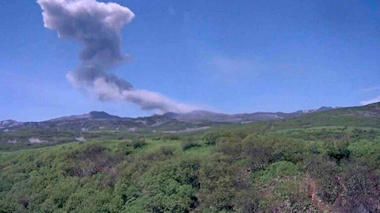 На Курилах проснулся вулкан Эбеко и выбросил столб пепла на высоту 2,3 км