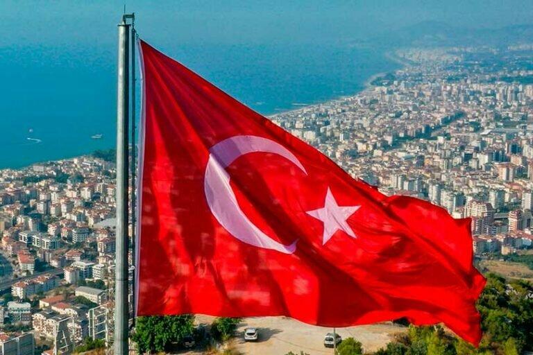 Жесткий локдаун в Турции, введенный из-за коронавируса, начинает сходить на нет