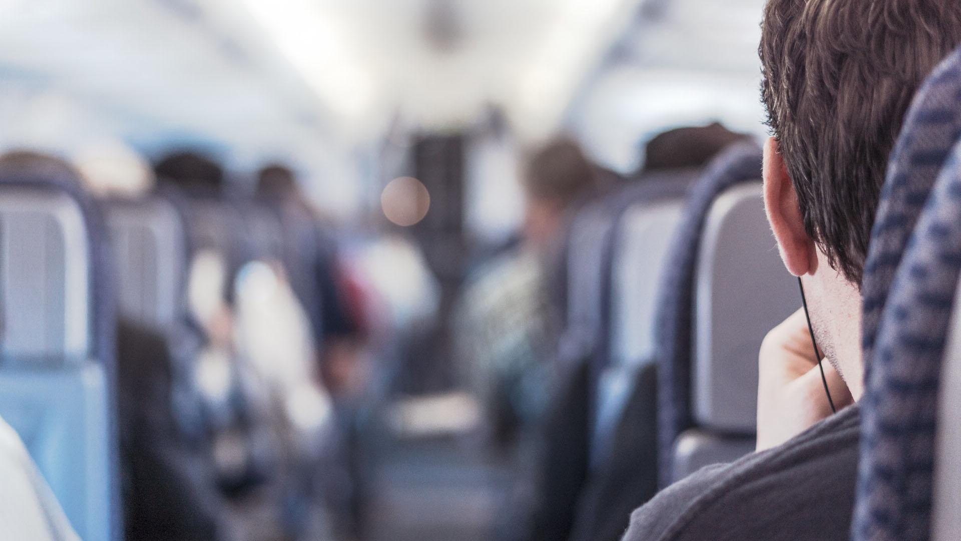 В самолете люди спиной