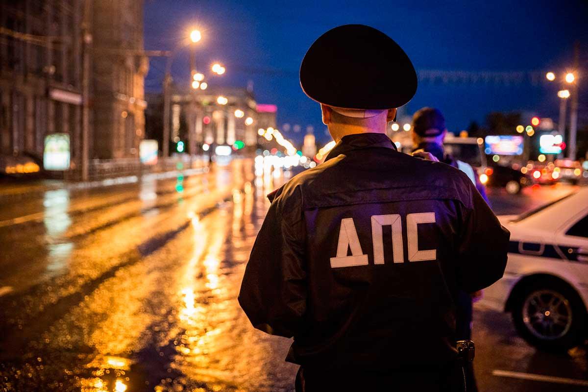 Инспектор ДПС на дороге