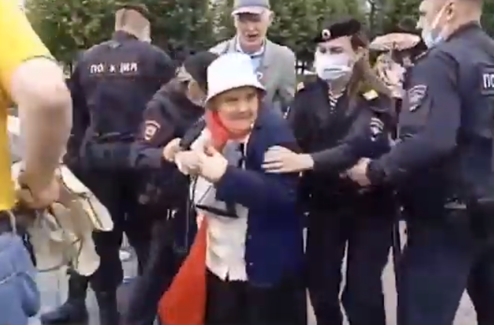 Полиция арестовала бабушку за стих против ЕР