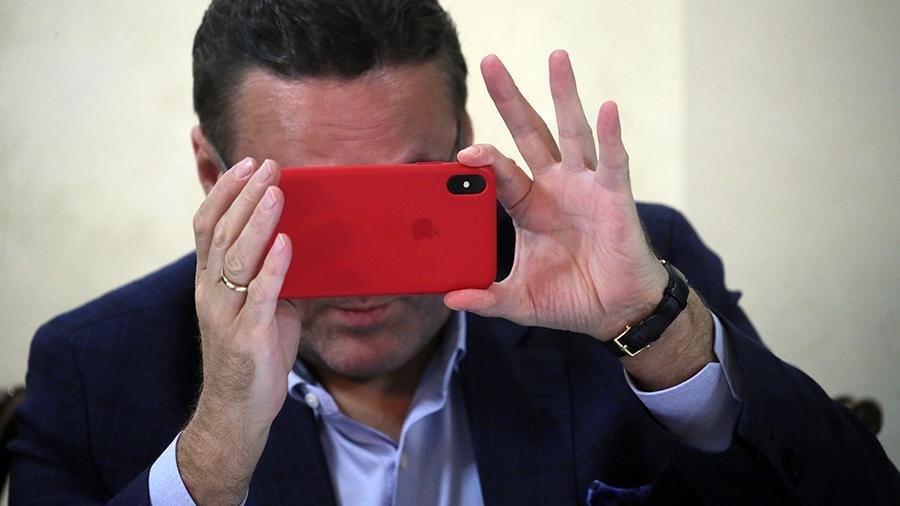Мужчина со смартфоном