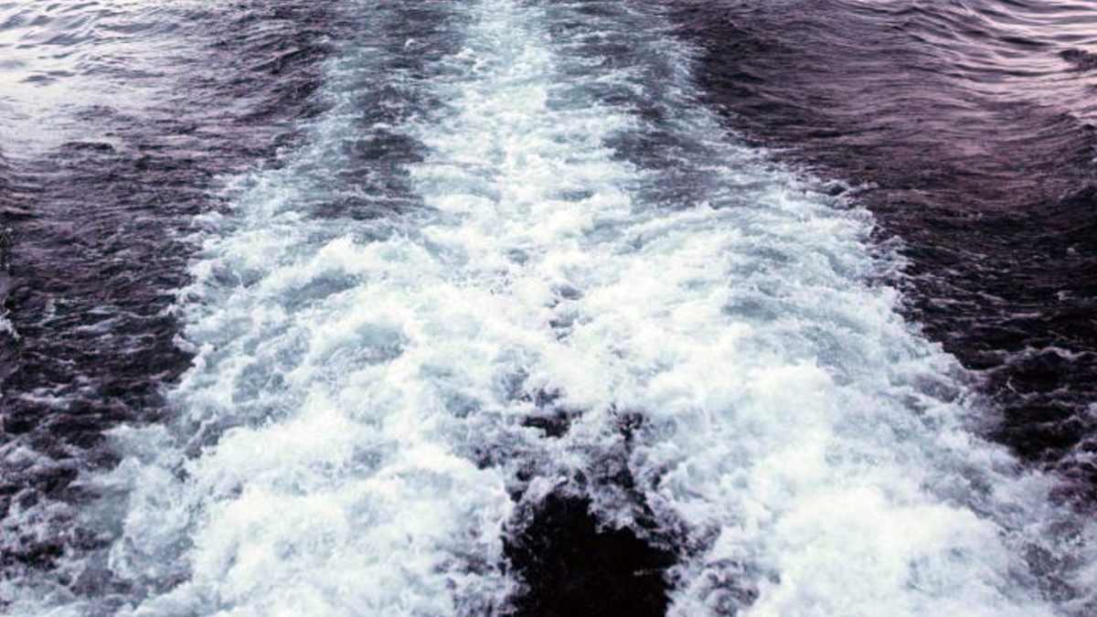 Волны от катера на море