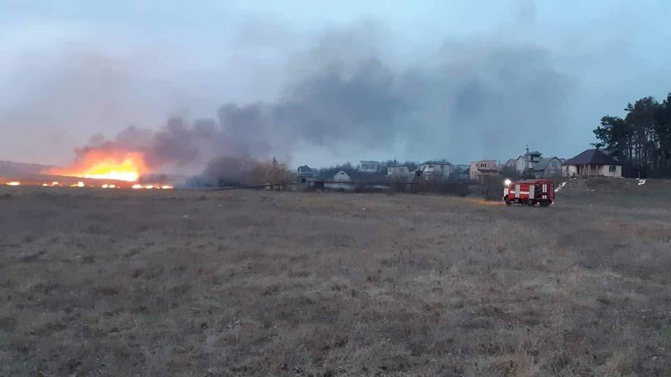 Пожар вблизи жилых домов