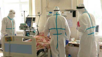Врачи в палате рядом с больным
